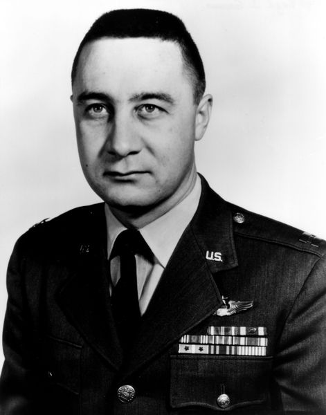 471px-Gus_Grissom_photo_portrait_head_and_shoulders.jpg