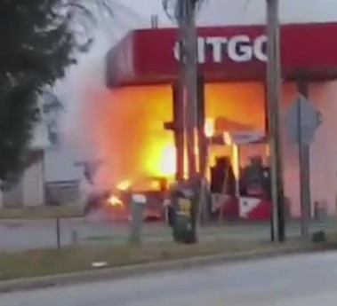 Car_goes_up_in_flames_at_gas_station_in__9_66116762_ver1.0_1280_720.jpg